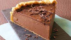 Préparation : Déroulez la pâte feuilletée et foncez-en un moule à manqué de 26 cm de diamètre,, ensuite Piquez le fond avec une fourchette, ensuite Faites chauffer le lait avec le chocolat jusqu'à ce qu'il soit fondu Dans un saladier, fouettez les oeufs avec le sucre. Incorporez la fécul