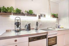 Moderne Küche mit Metallarbeitsplatte in Berliner WG. Wohnen in Berlin.  #Küche #kitchen #Berlin #