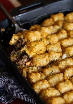 Tater Tot Casserole is an easy dinner recipe that you can whip together in no time. Kids and adults will love this cheesy potato casserole! #cookiesandcups #casserole #cheesycasserole #potatocasserole #tatertotcasserole Cheesy Tater Tots, Cheeseburger Tater Tot Casserole, Cheesy Potato Casserole, Easy Casserole Recipes, Cheesy Potatoes, Easy Dinner Recipes, Time Kids, Casseroles, Main Dishes