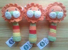 Sonajero modelo leon, hecho a crochet, muy suavealgodón 100%altura aprox. 17cmposibilidad de elegir colores (Patrón original de pica pau)La opcion c