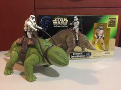 De mi colección, la lagartija domesticada más grande para uso de los Stormtroopers, el Dewback. De izquierda a derecha, obvio primero la vintage de manufactura Kenner del año 1979; seguido de la serie Power of the Force de manufactura Hasbro del año 1997.