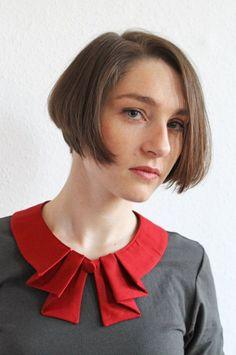 Bubi Kragen in rot mit Falten Knopf Red collar whit by espendru Neckline Designs, Kurti Neck Designs, Dress Neck Designs, Collar Designs, Blouse Designs, Sewing Clothes, Diy Clothes, Sewing Collars, Vestidos Vintage