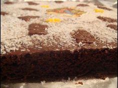 Receita de Quadrados de Chocolate - 1 pacote de pudim chocolate;, 1 xícara de (chá) farinha de trigo;, 1 colher de (chá) pó Royal;, 100g de manteiga ou margarina;, 1/2 xícara de (chá) açúcar;, 2 ovos;, 1 colher de (chá) essência de baunilha;, 1/2 xícara de (chá) amendoim torrado (sem casca e picado).