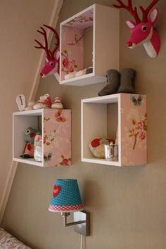 Schöne Idee für eine Wand im Kinderzimmer. Regale mit schöner Tapete bekleben