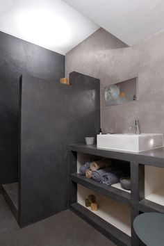 salle de bains réalisée en beton ciré pour les murs, la douche italienne ainsi que le plan de travail supportant une grande vasque blanche rectangulaire Concrete Bathroom, Bathroom Flooring, Concrete Floors, Bathroom Toilets, Laundry In Bathroom, Bad Inspiration, Bathroom Inspiration, Modern Bathroom, Small Bathroom