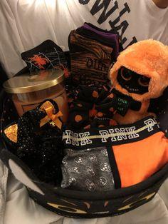 Diy Halloween Gifts, Halloween Gift Baskets, Fete Halloween, Halloween Inspo, Halloween Season, Halloween Candy, Spooky Halloween, Happy Halloween, Halloween Decorations