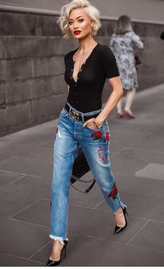 Street style look com calça jeans e blusa polo. 8 looks super chic com jeans Look 2017, Looks Jeans, Mode Outfits, Night Outfits, Dinner Outfits, Club Outfits, Cute Shorts, Fall Hair, Look Fashion