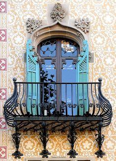 Photos Blend of Architecture with Art Nouveau. Art Nouveau focuses more on the concept of und… Beautiful Architecture, Beautiful Buildings, Art And Architecture, Architecture Details, Barcelona Architecture, Cool Doors, Unique Doors, Art Nouveau Arquitectura, French Balcony