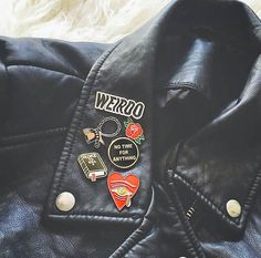 I want a leather or a denim jacket filled with pins and patches. 58 Of The Most Trending Street Style Ideas To Rock This Season – .I want a leather or a denim jacket filled with pins and patches. Zooey Deschanel, Womens Fashion Online, Latest Fashion For Women, Trendy Fashion, Hipster, Cute Pins, Pin And Patches, Look Cool, Indie