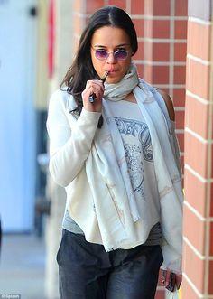 Michelle Rodriguez, l'actrice du film Fast And Furious, et sa cigarette électronique. Il semble d'ailleurs que ce soit un MOD, un iTaste VV ?