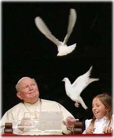 Giovanni Paolo II Quella Domenica Lui dalla sua finestra liberò due bianche colombe ...ma una delle due ,sorprendentemente ritornò subito da Lui !!!... Pape Jeans, Papa Juan Pablo Ii, New Pope, Pope John Paul Ii, Blessed Virgin Mary, Papi, Mother Teresa, Christian Art, Saint John