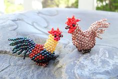 Instructions are for both a big rooster & a small rooster. Seed Bead Projects, Beading Projects, Beading Tutorials, Peyote Patterns, Craft Patterns, Beading Patterns, Pony Bead Crafts, Beaded Crafts, Seed Bead Art