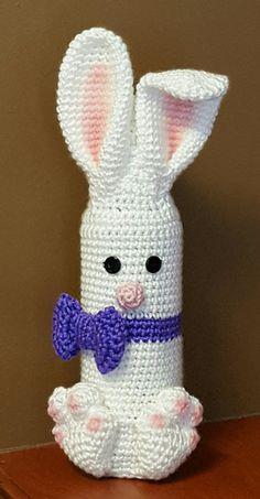 Easter Bunny Bottle Buddy created by Mary Ann Parker Holiday Crochet, Easter Crochet, Crochet Bunny, Crochet Crafts, Crochet Projects, Crochet Cozy, Free Crochet, Wine Bottle Covers, Bottle Buddy