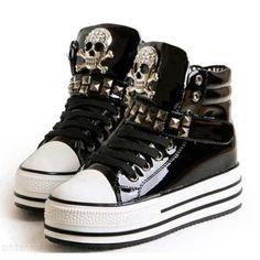 Emo skull shoes I them Crazy Shoes, Me Too Shoes, Punk Fashion, Fashion Shoes, Fashion Black, Emo Shoes, Look 80s, Skull Shoes, Mein Style