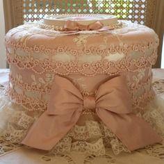Boite shabby chic toute en soie rose dentelles et rangs de perles