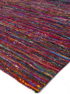 Vibrant rug made of recycled Indian saris, what a unique concept!