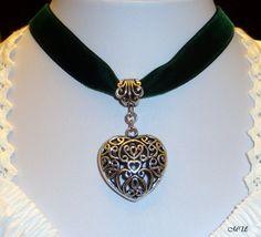 Samt Kropfband mit Herz grün von Edelweiss51 auf Etsy, €13.90