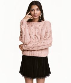 Powder pink. Short sweater in a soft cable knit with a slightly wider neckline and dropped shoulders.