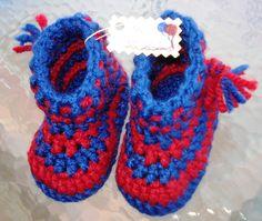Crochet - Botitas de ganchillo para bebé  También los más peques de la casa tienen derecho a  identificarse con su equipo de futbol favorito, y seguro que están contentísimos  de patalear con estas botitas del Barça, totalmente únicas y muy calentitas.