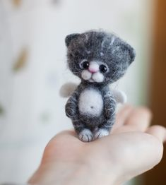 """I once named a kitten """"Widdle"""" this little guy looks like a """"Widdle"""" CUTE! Needle Felted Cat, Needle Felted Animals, Felt Animals, Needle Felting Tutorials, Felt Cat, Cat Doll, Cat Crafts, Wet Felting, Felt Toys"""
