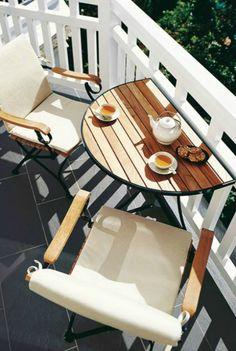 Открытый балкон с раскладным столиком.