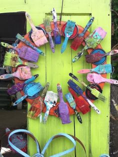 what to do with old paintbrushes...ANSWER= turn them into a WREATH (would look great on the door to an ART STUDIO)