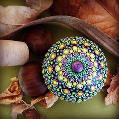 Esfera Mandala tridimensional Mandala pintado a mano sobre una esfera de silicona de 6 cm de diámetro, posee una discreta base para mantener la esfera en pie. Sobre la esfera se aplica una base de pintura negra y sobre ella iniciando en un único punto central se crea este mandala