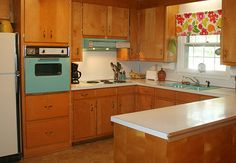 Decor This looks so much like my mother's kitchen. Those cabinets look like hers and she has turquoise/aqua appliances. - 25 amazing vintage stoves and refrigerators -- in fun colors like aqua, pink and green -- from readers' fabulous retro kitchens. Vintage Kitchen Appliances, 1960s Kitchen, Mid Century Modern Kitchen, Kitchen Stove, Vintage Kitchen Decor, Home Decor Kitchen, Home Kitchens, Kitchen Design, Retro Kitchens