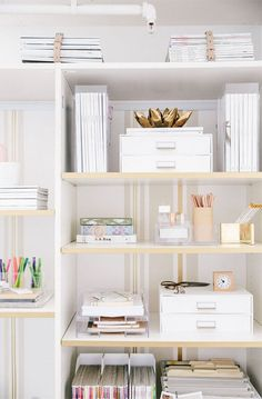 Home office shelf styling. Home Office Space, Home Office Design, Home Office Decor, Office Chic, Apartment Office, Office Ideas, Office Workspace, Apartment Hacks, Apartment Makeover