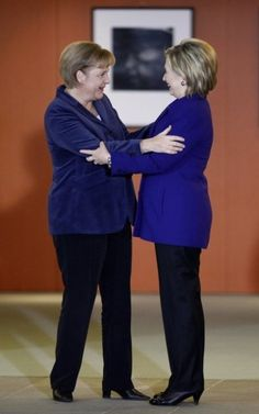 Faut-il être une blonde aux cheveux courts avec une veste bleue et un pantalon noir pour être une femme de pouvoir actuellement ? René Girard, au secours ! Merkel Clinton