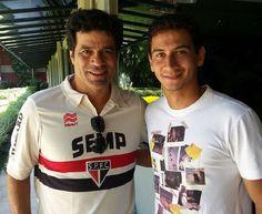 Raí ao lado de Ganso (Crédito: Divulgação) Após vitória do São Paulo, Ganso posta foto ao lado de Raí e diz: 'Ídolo'. Source: http://spfc.terra.com.br/news.asp?nID=108410