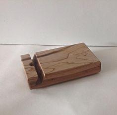 Handgemaakt houten hebbeding: iPad-iPhone houder Kleur en afwerking kan volledig zelf gekozen worden. Wenst u liever een houten look? of een geverfde versie. Interesse of vragen? Stuur gerust een berichtje