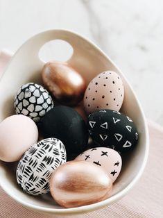 Tutorial: DIY Chic Easter Painted Eggs from the Target Dollar Spot! - Alfa Sengupta - DIY Easter Egg Centerpiece, Love Alfa, tutorial, target dollar spot eggs, Easter decorations Source by kathylliw - Diy Osterschmuck, Sell Diy, Easter Egg Designs, Diy Ostern, Easter Egg Crafts, Painted Eggs Easter, Gold Easter Eggs, Easter 2020, Coloring Easter Eggs