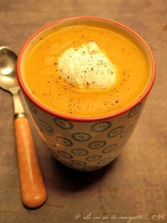 "Sweet potato cream, butternut and carrot, coconut flavor - Desserts - Print the articleThis creamy soup was shared with my colleagues during a ""Comfort Food Soup"" lunch - Pumpkin Recipes, Veggie Recipes, Fall Recipes, Healthy Dinner Recipes, Soup Recipes, Vegetarian Recipes, Cooking Recipes, Batch Cooking, Comfort Food"