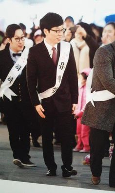 yjs in a campaign to be the most handsome man in korea c/o infinity challenge. [that's my dongsaeng haha behind him]