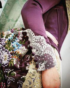 Detalles finos y elegantes. @eduardo_cervera.v #eduardocerveraindumentaria #indumentaria #indumentariafallera #indumentariavalenciana… Vestidos Vintage, Vintage Dresses, Vintage Outfits, Sleeves Designs For Dresses, Sleeve Designs, Masquerade Gown, Beautiful Dresses, Nice Dresses, Badass Style