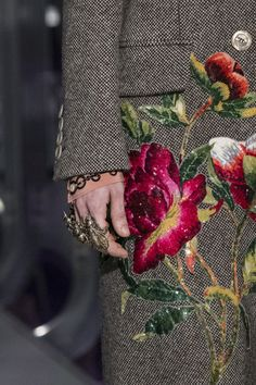 Gucci at Milan Fashion Week Fall 2017 - Details Runway Photos Gucci Fashion, Fashion 2017, Diy Fashion, Trendy Fashion, Fashion Show, Autumn Fashion, Fashion Design, Fashion Trends, Fashion News