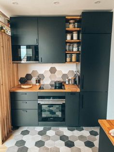 Transformation et aménagement de cette cuisine IKEA noire cosy et chaleureuse. Transformation and layout of this cozy and warm black IKEA kitchen. Black Ikea Kitchen, Smart Kitchen, Open Kitchen, Kitchen Island, Küchen Design, House Design, Design Ideas, Interior Design, Kitchenette