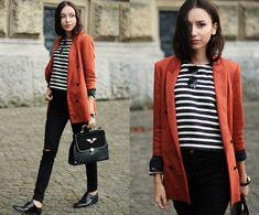 Listras P&B com casaco vermelho