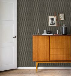 A pattern with a modern look but ideal for a feature wall in a retro setting. #trestintas #trestintasbarcelona #wallpaper #wallcovering #interiordesign #sandbergwallpaper #signatur