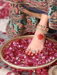 Toe-Rings are part of the Solah-Shringar of an Indian Bride & a traditional mark… – Tendances en ligne Unique Diamond Engagement Rings, Shop Engagement Rings, Indian Accessories, Wedding Hair Accessories, Indian Wedding Jewelry, Bridal Jewelry, Fashion Wheel, Indian Wedding Pictures, Toe Ring Designs