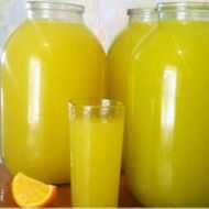 Homemade orange juice - 4 oranges = 9 l of juice NejRecept. Homemade Orange Juice, Lemonade Cocktail, Orange Soda, Home Canning, Healthy Diet Recipes, Summer Drinks, Mojito, Hot Sauce Bottles, A Table