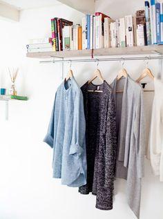 Instale um varão extra para pendurar roupa debaixo de uma prateleira