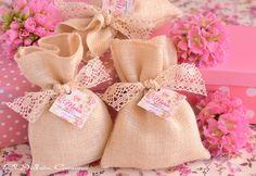 Bolsitas perfumadas Verbena.  Detalles de comunión. Saquitos de tela rústica decorados con encaje de algodón, etiqueta personalizada.