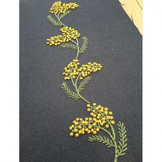 how to do french knots embroidery Embroidery On Kurtis, Hand Embroidery Videos, Embroidery Flowers Pattern, Embroidery On Clothes, Flower Embroidery Designs, Embroidery Works, Creative Embroidery, Simple Embroidery, Hand Embroidery Stitches