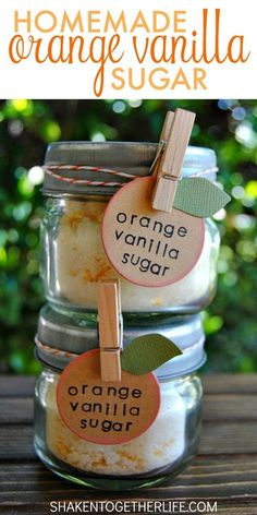 baking recipes Homemade Orange Vanilla Sugar makes a sweet gift! Sugar is infused with orange essential oil, vanilla and real orange zest. SO good in hot or iced tea, sprinkled over buttered toast or used in baking recipes! Vanilla Essential Oil, Orange Essential Oil, Essential Oils, Homemade Spices, Homemade Gifts, Homemade Butter, Diy Gifts, Creation Bougie, Infused Sugar
