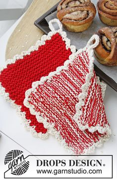 """The door of can now be opened! DROPS Extra by DROPS Design: Knitted DROPS Christmas pot holders in """"Paris"""". Knitting Patterns Free, Free Knitting, Crochet Patterns, Free Pattern, Drops Design, Magazine Drops, Crochet Potholders, Knitted Dishcloths, Crochet Kitchen"""