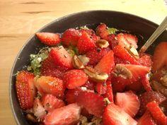 Paleo / Primal salade: Meng de hüttekäse met het henneppoeder en de olijfolie. Voeg het groen er aan toe, lente ui voor wat pit. Snij een aantal aardbeien in stukjes en strooi er wat geplette peperkorrels naar smaak overheen. Genieten!