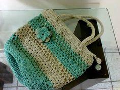 Linda bolsa feita de crochê, em barbante na cor cinza claro e verde, com zíper e forrada com tecido. Pode ser usada como BOLSA DE PRAIA. R$ 50,00