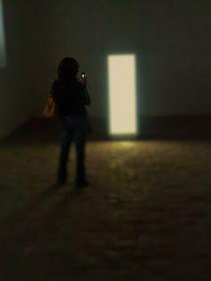 """""""Llevando recuerdos a casa"""" (2015) El rostro no se muestra, ya que se ha tratado de representar como las tecnologías nos permiten """"llevar"""" un poco de arte con nosotros,  y que la sensación causada por cada pieza observada no se pierda en nuestra efímera memoria. El método empleado fue aprovechar el momento en el que una asistente a la exposición tomaba fotos, para ocultar el rostro me coloque detrás de ella. La luz que contenía la obra facilito la formación de sombras."""